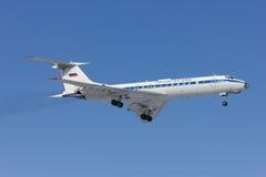 Militärt flygplan Tu-134 landar Royaltyfri Bild