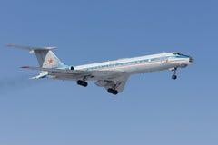 Militärt flygplan Tu-134 landar Arkivfoton