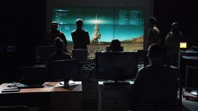 Militärt hållande ögonen på beställningsutförande som lanserar missilen royaltyfria foton