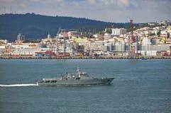 Militärt marinfartyg i den Tejo floden, Lissabon, Portugal arkivfoto