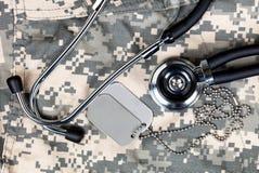 Militärt medicinskt begrepp med stetoskop- och IDetiketten royaltyfri foto