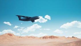 Militärtransportflugzeug, das über Wüstengelände 4K fliegt stock video footage