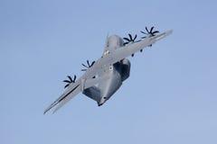 Militärtransportflugzeug, das steil klettert Lizenzfreies Stockfoto