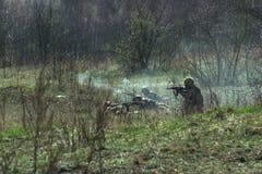 Militärtrieb gesprengt von der Kalaschnikow lizenzfreie stockfotos