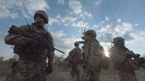 Militärtruppe in Folge stock video