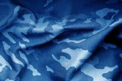 Militäruniformmuster mit Unschärfeeffekt im Marineblauton Lizenzfreie Stockfotos