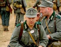 Militair aangaande - enactors in Duitse eenvormige Wereldoorlog II Duitse Militairen Stock Fotografie