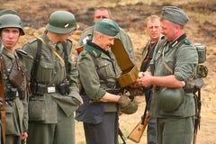Militair aangaande - enactors in Duitse eenvormige Wereldoorlog II Duitse Militairen Royalty-vrije Stock Foto