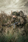 Militair bij oorlog in het moeras Stock Fotografie