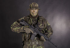 Militair in camouflage en modern wapen M4 Royalty-vrije Stock Afbeelding