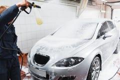 Militair in de auto van de carwashwas met slang Royalty-vrije Stock Afbeeldingen