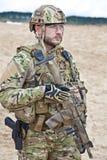 Militair in de woestijn stock fotografie