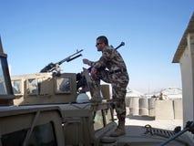 Militair die afgelegen kijkt Stock Foto