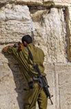 Militair die bij de Westelijke Muur bidt stock afbeelding