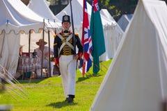 Militair die door een kamp tijdens een Oorlog van 18 marcheert royalty-vrije stock foto