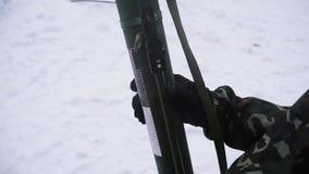 Militair die een geladen granaatlanceerinrichting houden klem Militaire opleiding, het vechten oorlog, die grote kanonnen schiete stock videobeelden