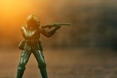 Militair die een kanon houden die naar de vijand wordt gestreefd Royalty-vrije Stock Foto