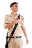Militair die met kanon hand op zijn borst zet royalty-vrije stock foto