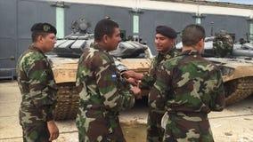 Militair die met team op opdracht communiceren stock footage