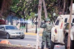 Militair die protesteerders in Venezuela schieten royalty-vrije stock fotografie