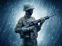 Militair die zich in regenachtig weer bevinden stock afbeeldingen