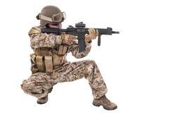 Militair in eenvormig, klaar te vechten Stock Fotografie