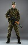 Militair in eenvormig met machinegeweer Stock Foto's