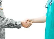 Militair en artsen het schudden handen op witte achtergrond Stock Foto