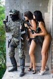 Militair en twee vrouwen stock foto