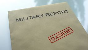 Militair geclassificeerd rapport, gestempelde verbinding over omslag met belangrijke documenten stock afbeelding