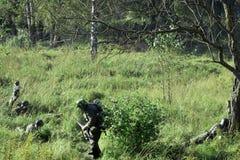 militair in het bos Stock Afbeeldingen