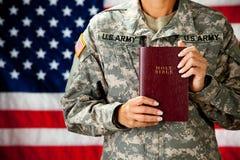 Militair: Het houden van een Bijbel Stock Afbeelding