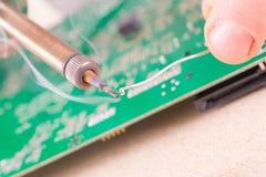 Militair het solderen op PCB Stock Foto