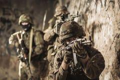 Militair met automatisch wapen Stock Afbeeldingen