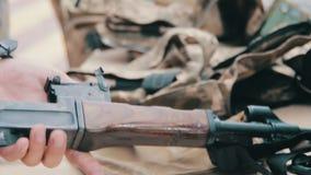 Militair met een Machinegeweer in zijn Hand stock videobeelden