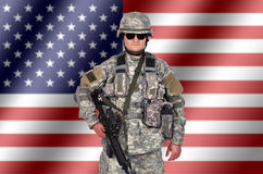 Militair met geweer stock fotografie