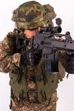 Militair met geweerwerkingsgebied Stock Foto's