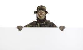 Militair met horizontale lege raad Stock Afbeelding