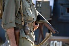 Militair met machinegeweer in het weer instellen ww2 stock afbeeldingen