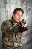Militair militar Latijnse mens die een kanon richt Royalty-vrije Stock Fotografie