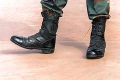 Militair op de bovenkant van de laarzen van een bergleger royalty-vrije stock afbeelding