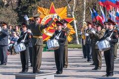 Militair orkestspel op Victory Day-parade Stock Fotografie