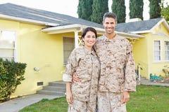 Militair Paar in Eenvormige Status buiten Huis royalty-vrije stock afbeelding