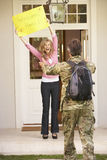 Militair Returning Home And door Vrouw wordt begroet die Stock Foto