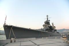 Militair schip dichtbij pijler Royalty-vrije Stock Afbeelding
