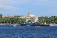 Militair schip op de rivier Royalty-vrije Stock Foto's