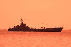 Militair schip tijdens zonsondergang Stock Fotografie