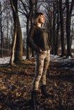 Militair stijlmeisje in de winterbos Stock Fotografie
