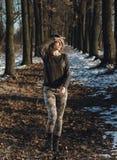 Militair stijlmeisje in de winterbos Stock Afbeelding