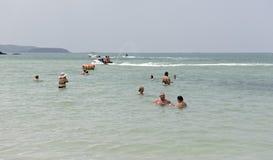 Militair Strand De mensen zwemmen De mensen gaan op een boot Stock Foto's